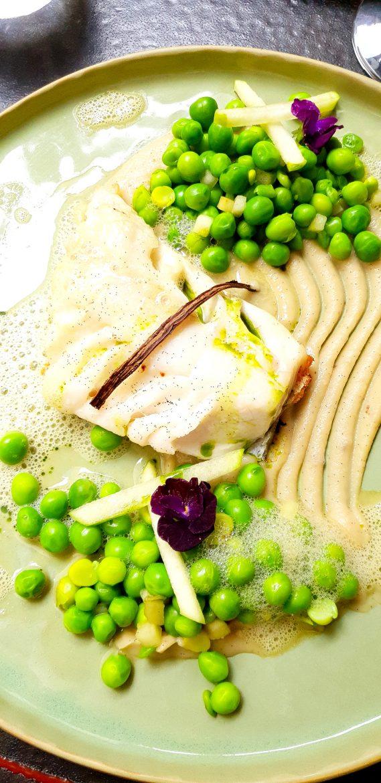 Plat au restaurant Le Roch: cabillaud à l'huile de vanille, pomme granny, petits pois