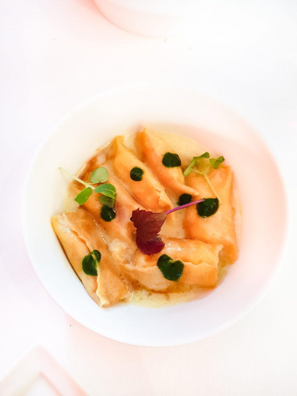 Ravioli del plin au sabayon de manouri, crème de parmesan et jus d'anis étoilé, mézédé du restaurant Mavrommatis