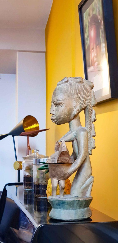 Le piano et une statuette africaine au restaurant Niébé Paris 6