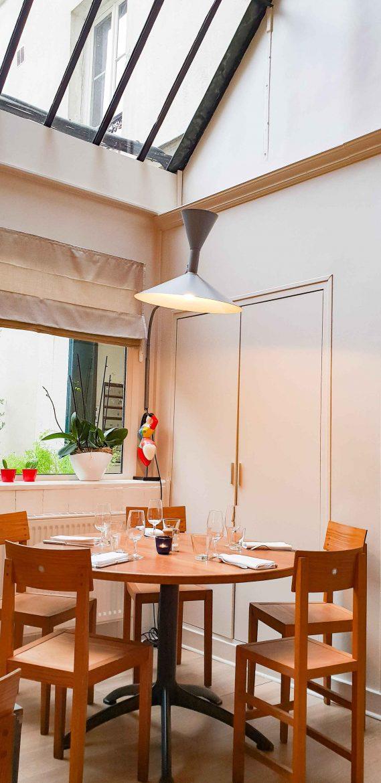 La salle du restaurant Niébé, Paris 6, sous la verrière