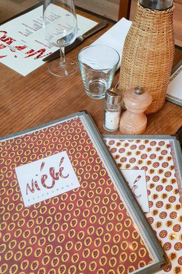 Le restaurant Niébé, cartes aux couleurs africaines