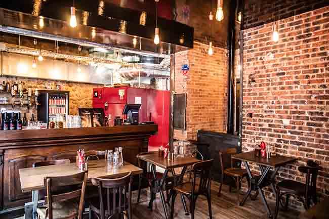 Le restaurant Rhino Rouge; le bar et le fumoir