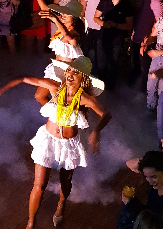 Les danseuses de samba pendant l'inauguration de Uma Nota, restaurant nippo-brésilien