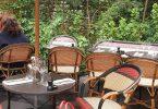 Le petit tabouret pour ton sac au restaurant de l'hôtel Le Roch