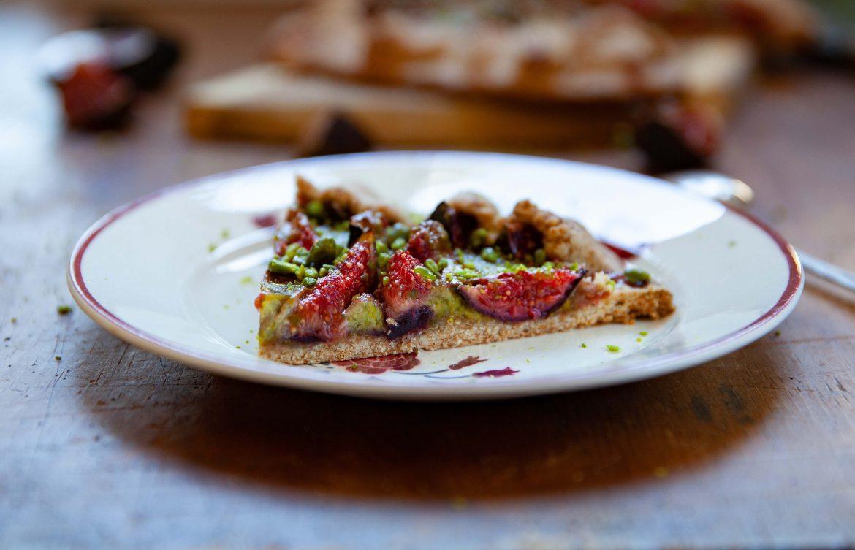 Tarte rustique aux figues et à la pistache, la crème de pistache en coupe