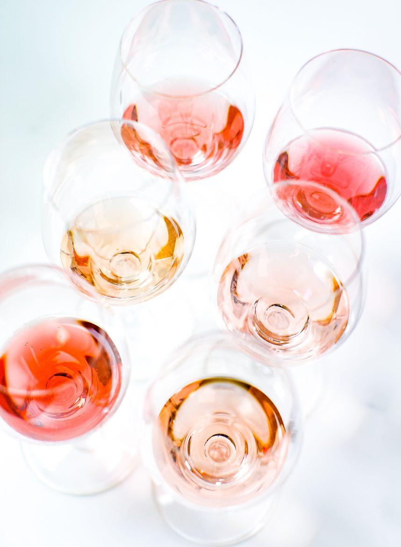 verres de vins rosés de différentes couleurs