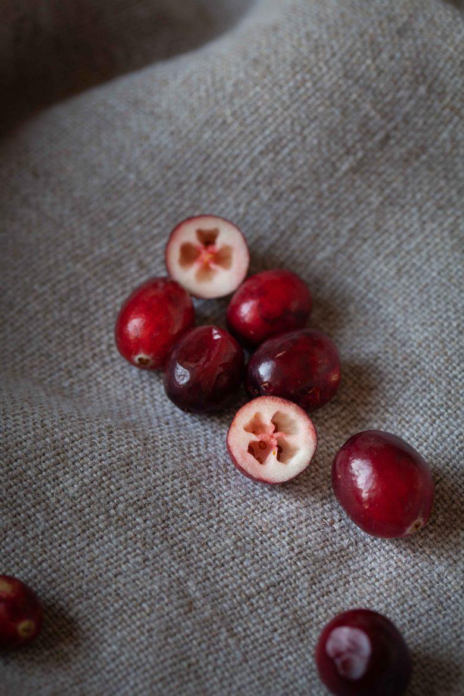 cranberries entières et cranberry fraîche coupée en 2