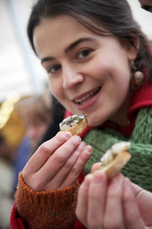 La dégustation de tapas périgordins dans les rues de Périgueux lors du Salon du Livre Gourmand