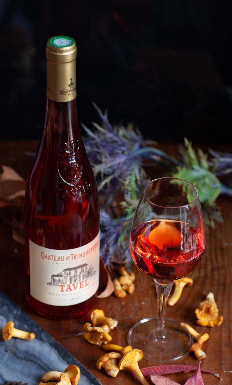 Une bouteille et un verre de vin rosé de Tavel du Château Trinquevedel