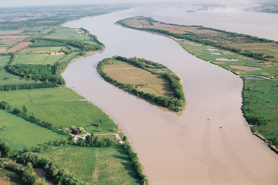 Vue aérienne de l'île Margaux en Gironde
