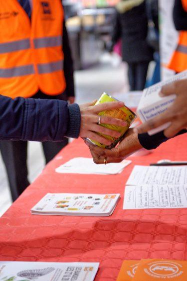 Donateur et gilet orange don pour la Banque Alimentaire Collecte Nationale