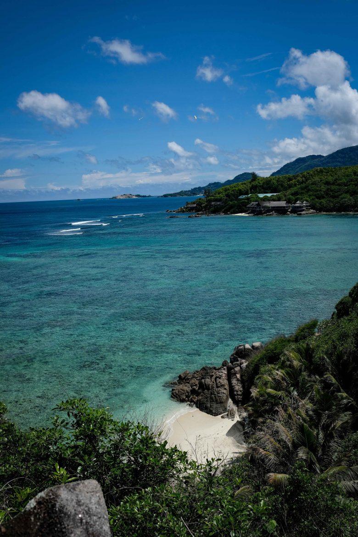 Vue de plage du haut de l'île Moyenne, Seychelles