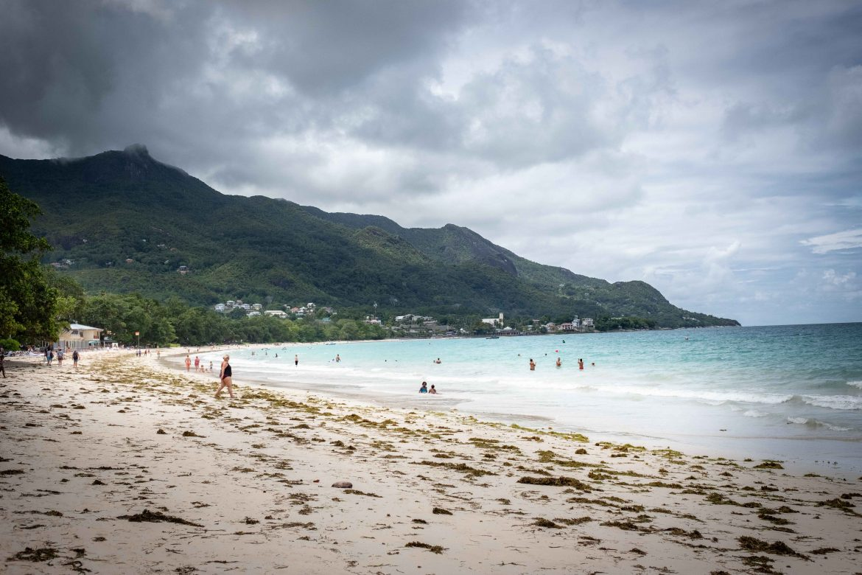 La plage de Beau Vallon à Mahé aux Seychelles