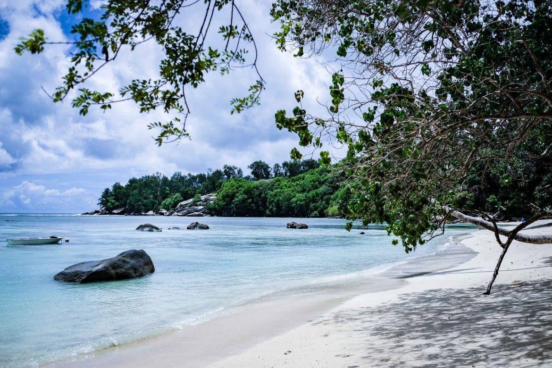 Le ciel changeant sur la petite anse paradisiaque de Mari-Louise au sud de l'île de Mahé