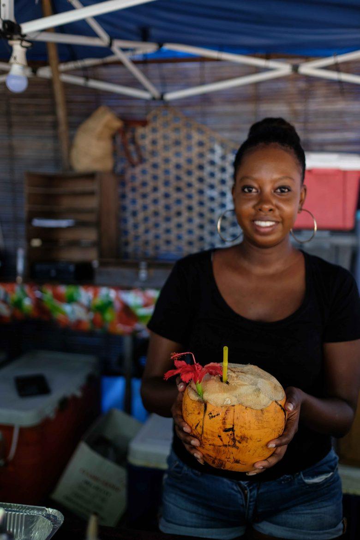 Seychelloise tenant un coco fraîche
