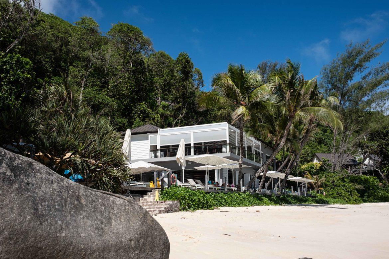 Le bâtiment restaurant et terrasse de notre hôtel à Mahé, le Carana Beach