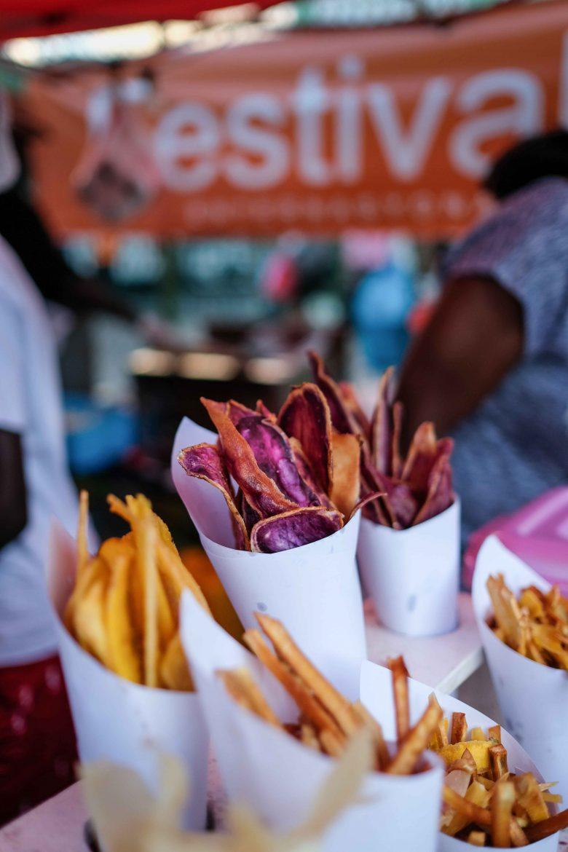 Chips de patates douces, de manioc et de bananes plantins dans une échoppe du Festival Kréol
