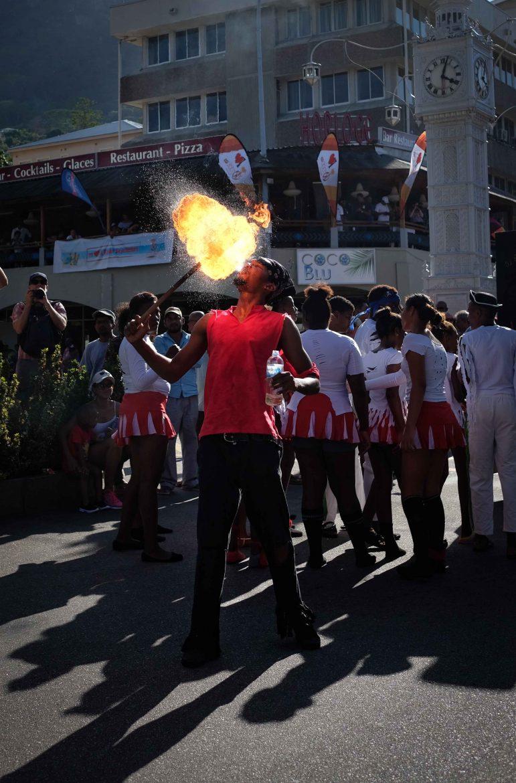 Un cracheur de feu au Festival Kreol de Victoria à Mahé aux Seychelles