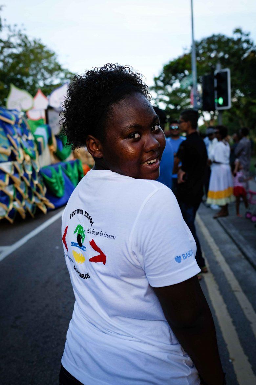 Seychelloise souriante pendant le festival Kreol de Victoria