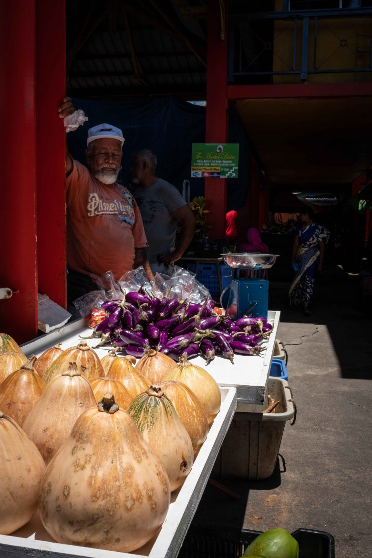 Courges et aubergines au marché couvert de Victoria à Mahé (Seychelles)
