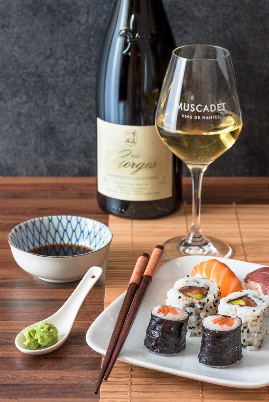 Bouteille et verre de Muscadet et sushi