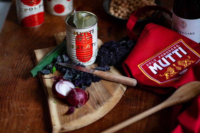 Préparation de la soupe de tomates traditionnelle dans la cuisine