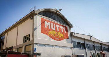 L'enseigne de Mutti sur les murs de l'usine Mutti à Parme