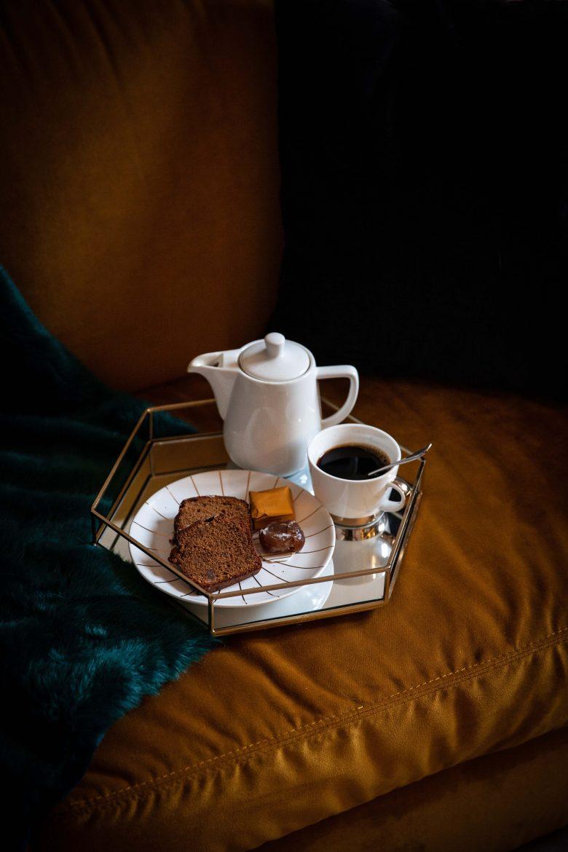 L'heure du goûter avec des tranches de cake aux marrons glacés, un café Italian Lover de Jones Brothers Coffee et la verseuse en faïence blanche de Melitta