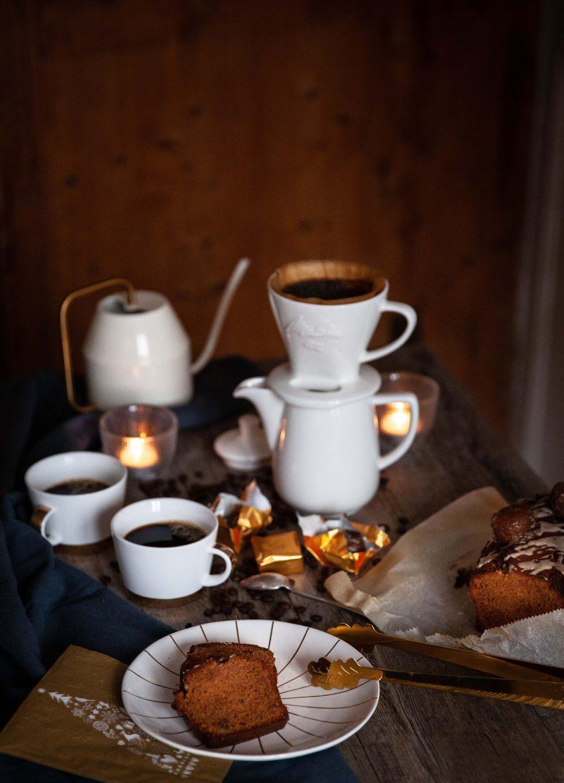 La table est mise, tranches de cake au marrons glacés, cafetière Pour Over Melitta blanche, cake et marrons glacés