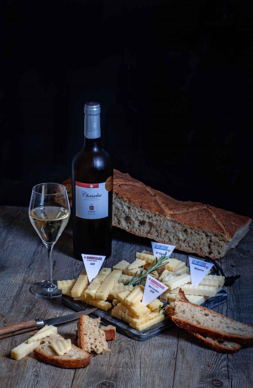 Plateau de fromages suisses Gruyère Aop et Emmentaler AOP, vin suisse et pain au levain