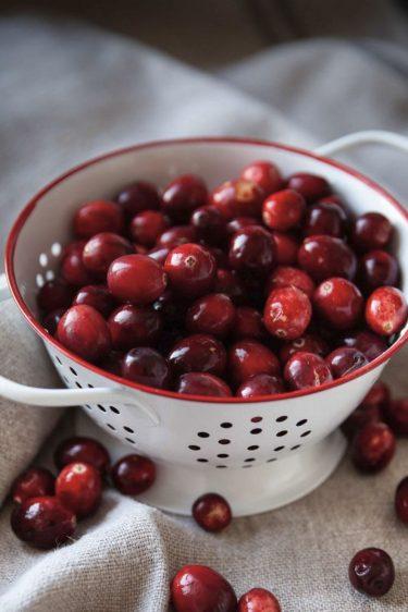 Passoire emplie de canneberges, cranberries ou cranberry