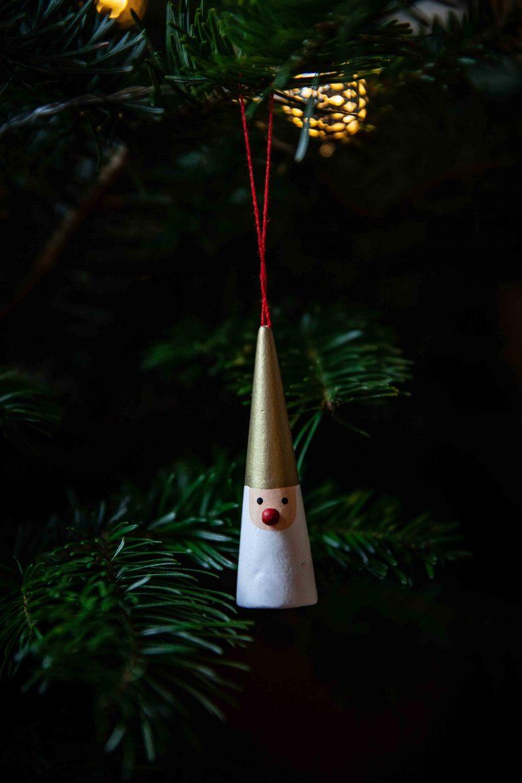 Décoration de sapin de Noël, un père Noël en bois peint sous forme de cylindre