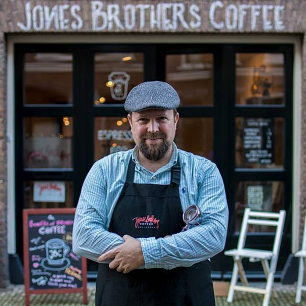 Richard Jones devant sa boutique café à Amsterdam, le créateur des cafés Jones Brothers Coffee