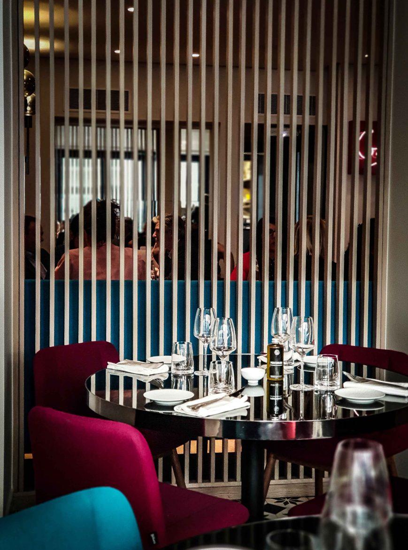 L'une des 2 tables rondes de la 1ère salle du restaurant de Denny Imbroisi