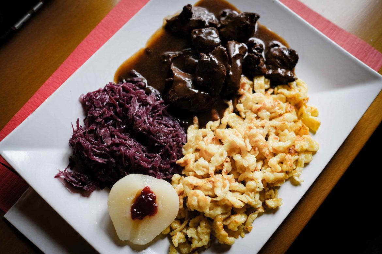 Ragoût de biche, chou rouge et knöfli, ou pâtes à Spätzeli, sautés et dorés