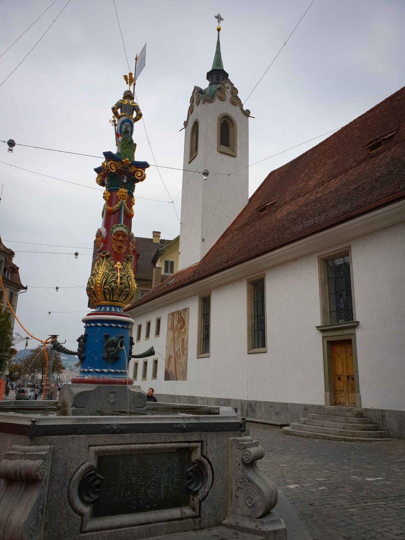 La Fritschibrunnen, fontaie aux masques, érigée en 1918 à la place d'une autre fontaine et dédiée au personnage de carnaval Fritschi