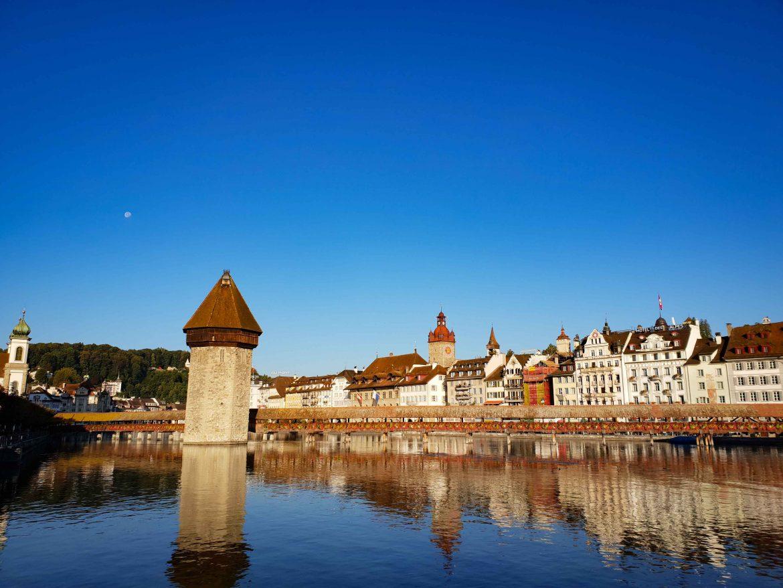 La vieille ville de Lucerne et le Pont de la Chapelle: Kapellbrücke, datant du Moyen Âge