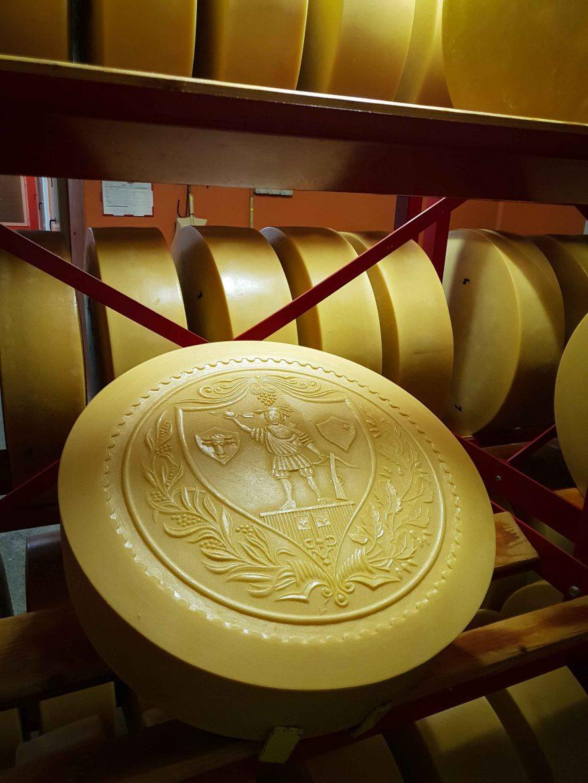 Sbrinz d'une fromagerie qui marque ses meules d'une fresque