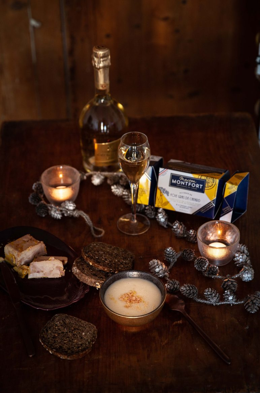 Table de fêtes avec un velouté de chou fleur au foie gras et citron, un foie gras Montfort et un champagne Grémillet. La recette du velouté de chou-fleur