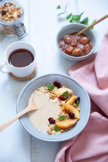 Recette de wmoothie bowl aux pommes caramélisées et granola au miel