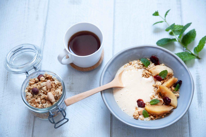 Granola et smoohie bowl aux pommes caramélisées; tasse de thé
