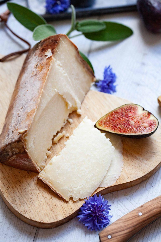 Part de fromage italien Castelmagno DOP et figues