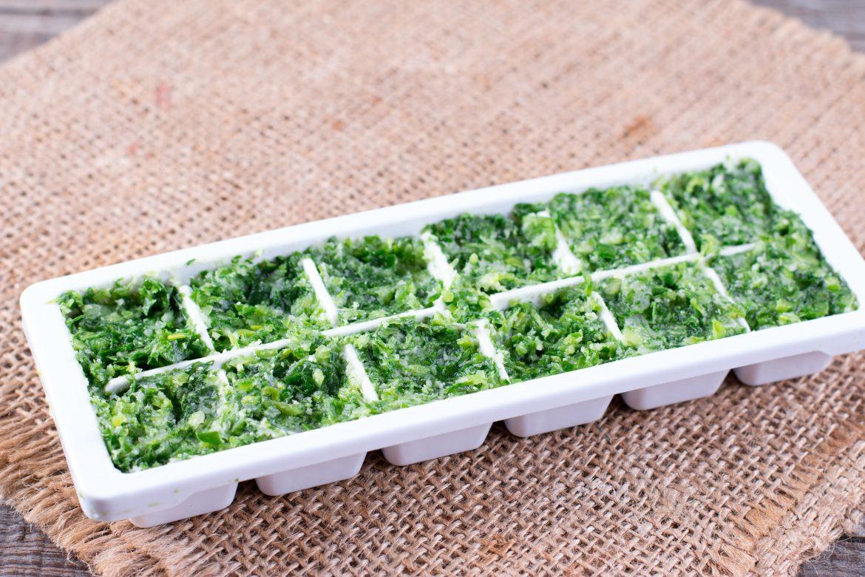 Glaçons d'herbes aromatiques dans l'huile