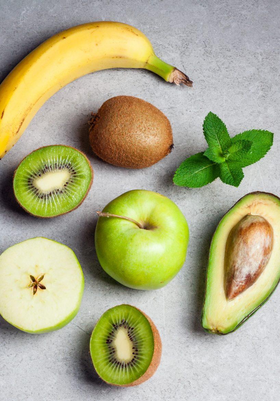 kiwi avec une banane, un avocat, une pomme, fruits climactériques