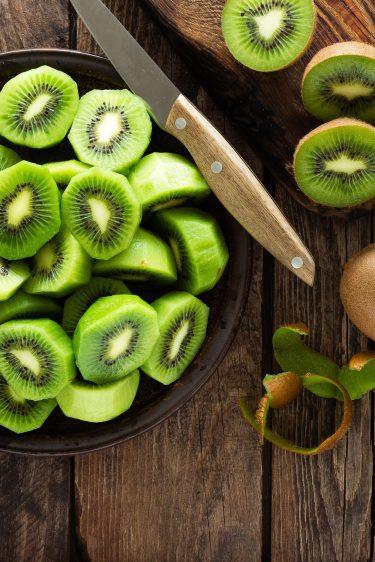 Fruits kiwi épluchés et entiers