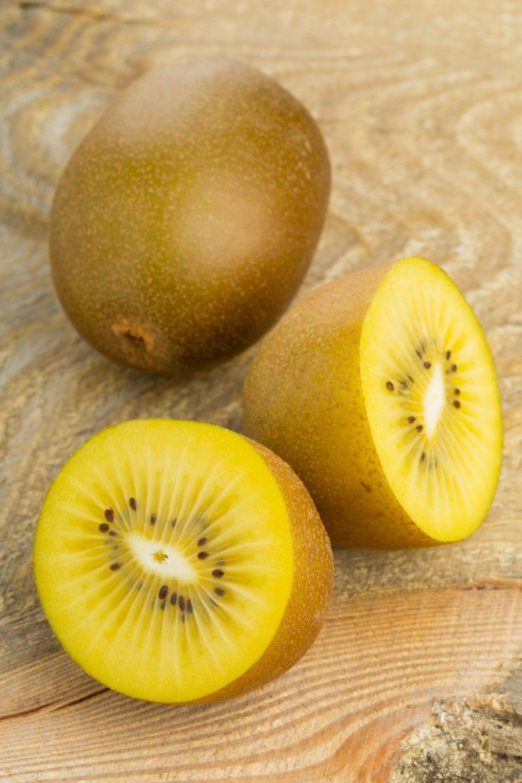 Kiwi jaunes entier et coupés