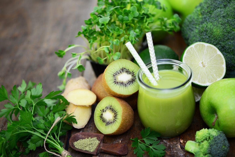 Persil plat, kiwi, gingembre et pommes, les champiosn de la vitamine c en smoothie