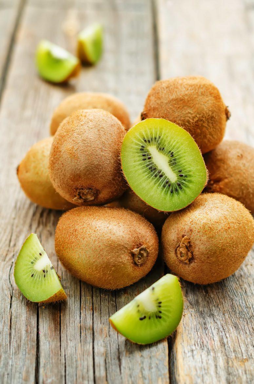 Kiwi verts ou actifdinia chinensis entiers ou coupés