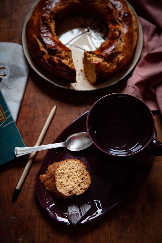 Tea time avec part de couronne briochée aux cranberries , chocolat noir Hugo Daz et tasse de thé