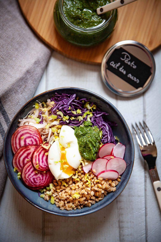 Salade d'épeautre, de chou rouge, de radis et betterave au pesto à l'ail des ours